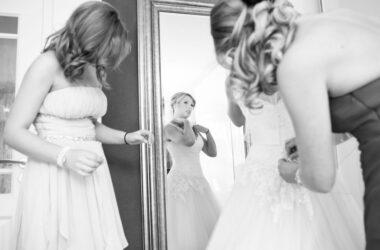 Der Hochzeitsfotograf in Hannover, Michael Siebert, setzt Braut und Brautjungfern im Gespräch, schwarz weiß in Szene.