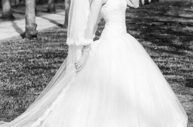 Der Hochzeitsfotograf in Hannover, Michael Siebert, setzt Braut und Brautstrauß, schwarz weiß in Szene.