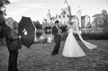 Der Hochzeitsfotograf in Hannover, Michael Siebert, setzt Brautpaar vor Schloss, schwarz weiß in Szene.