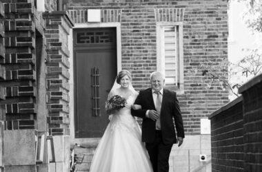 Der Hochzeitsfotograf in Hannover, Michael Siebert, setzt Braut und Vater Arm in Arm, schwarz weiß in Szene.